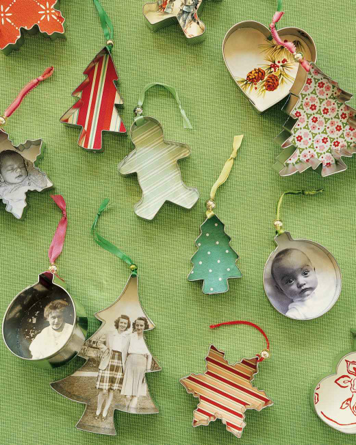 You only need a few supplies to make these cute Cookie Cutter Ornaments from Martha Stewart that can be personalized with photos if you want. 100 Days of Homemade Christmas Gifts at The Happy Housewife