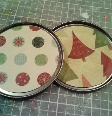 Easy Christmas Craft from Can Lids (step 3) | The Happy Housewife
